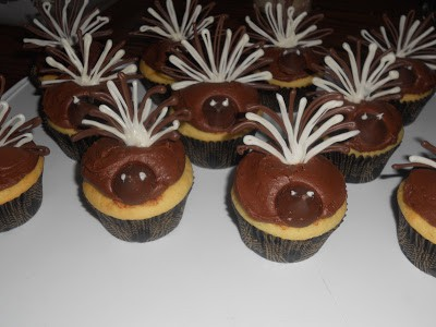 Fun and festive turkey cupcakes from Hezzi-D's Books and Cooks