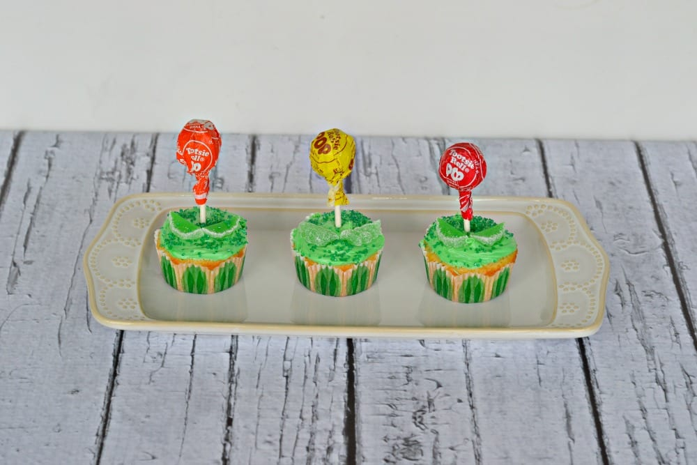 Easy Flwoer Cupcakes using lollipops