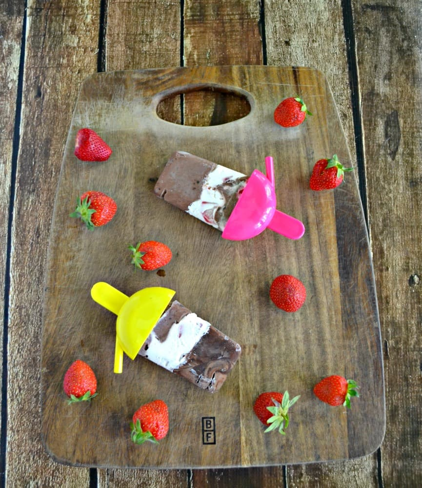 Cool off with these fun Chocolate Covered Strawberry Pudding Pops