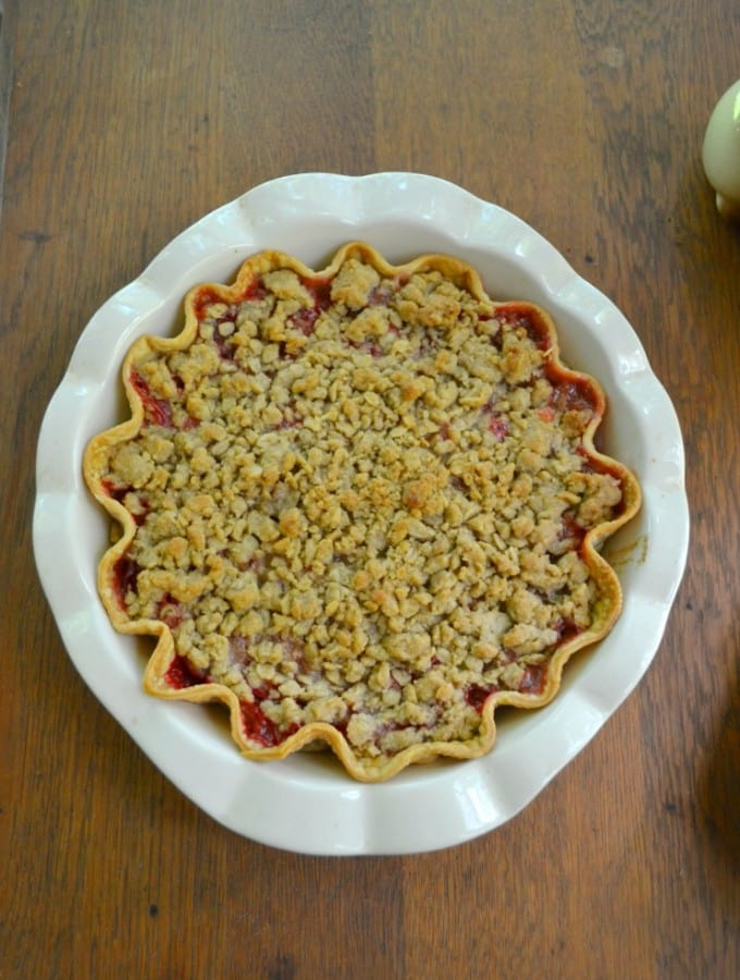 Fresh berries and rhubarb make this amazing Strawberry Rhubar Pie with Crumble Topping.