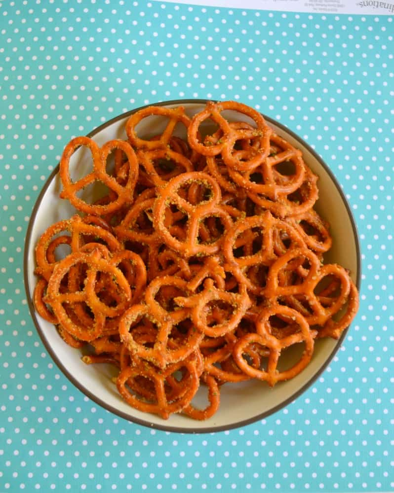 Looking for a snack the family will enjoy? Try these easy Spicy Ranch Pretzels!