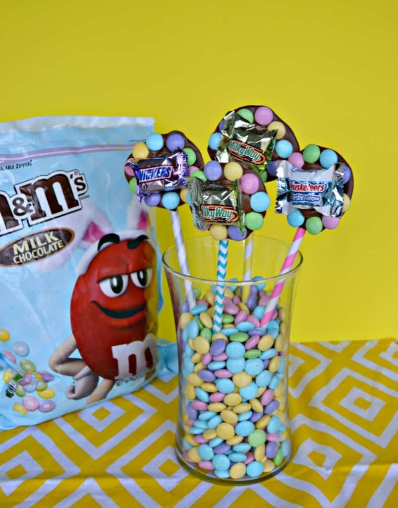 Looking for a fun and unique Easter centerpiece? Make this fun edible flower centerpiece using M&M'S® candies and Mars Minis.