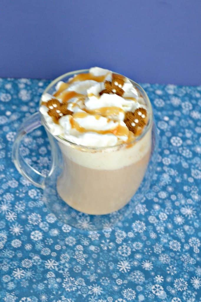 How fun are these tiny gingerbread men in this Gingerbread Spice Caramel Latte?
